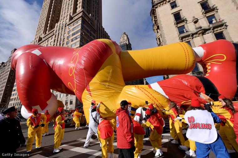 Ronald McDonald pofáraesett a hálaadásnapi felvonuláson.