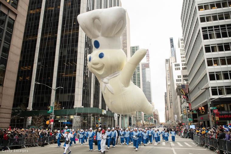 Ő a Pillsbury Doughboy, akkora, mint egy ház, amint száll a magasban!