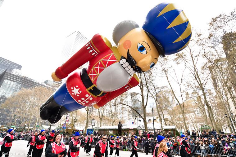 Bár még csak hálaadás van, ez a diótörő már a következő ünnep, a karácsony hangulatát idézi.