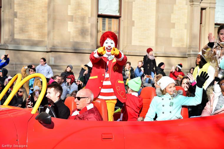 Ronald McDonald ott volt személyesen is a felvonuláson