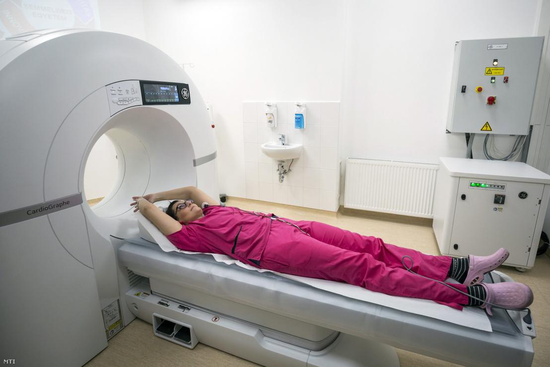 Az ország legmodernebb szív-CT készülékével vizsgálnak egy nőt a Semmelweis Egyetem Városmajori Szív- és Érgyógyászati Klinikáján 2018. február 2-án. A berendezés egy szívdobbanásnyi idő alatt készít teljes körű felvételt a koszorúerekről és a szívről.