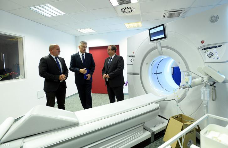 Simicskó István, Bedros J. Róbert a Szent Imre kórház főigazgatója és a dél-budai centrumkórház beruházásával kapcsolatos feladatokért felelős miniszterelnöki megbízott és Hoffmann Tamás (Fidesz-KDNP) a XI. kerület polgármestere beszélget egy új az országban egyetlen röntgensugárral működő 256 szeletes multislice CT-berendezés mellett az újbudai Szent Imre Egyetemi Oktatókórházban 2019. szeptember 17-én.