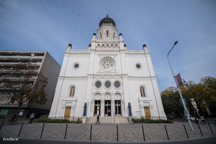 A kecskeméti zsinagóga, melyben ma a Tudomány és Technika Háza működik. Zitterbarth János romantikus és mór stílusú épülete 1868-ra készült el. A háború után üresen maradt házat Kerényi József és Udvardi Lajos tervei nyomán alakították át 1974-ben