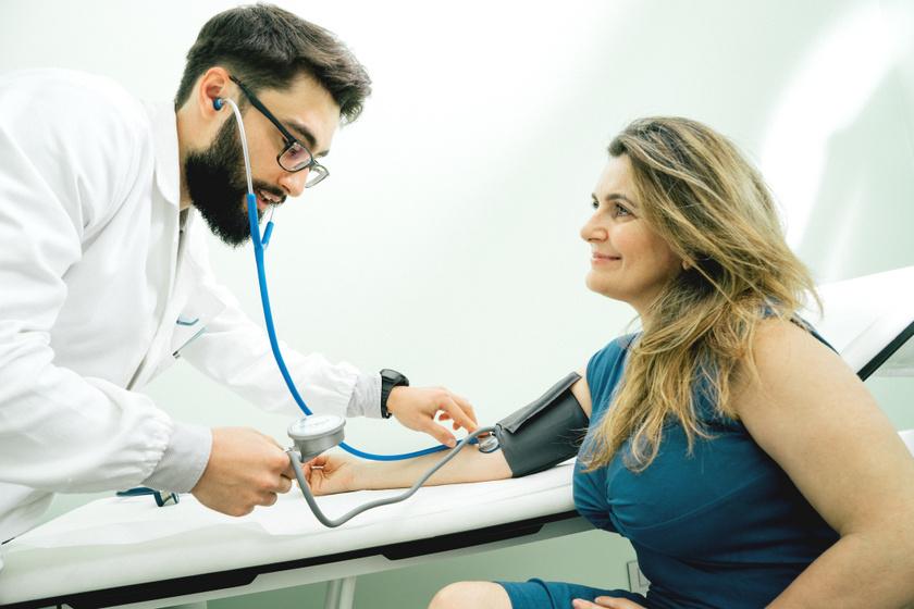 vernyomas-meres-fiatal-doktor-orvostanhallgato-orvos-beteg-pacie
