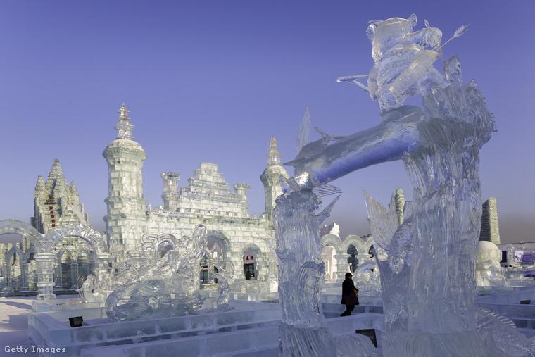 A kínai város, Harbin hírnevét a minden januárban megrendezett fesztivál adja, amin a különféle, jégből és hóból épített szobroké a főszerep