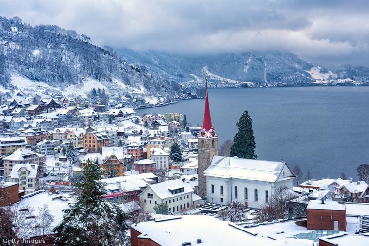 A svájci Luzern igazi alpesi nagyváros kristálytiszta vizű tóval, zöld domboldalakkal, hangulatos hidakkal, tornyokkal, a háttérben a felhők fölé nyúló hegycsúcsokkal