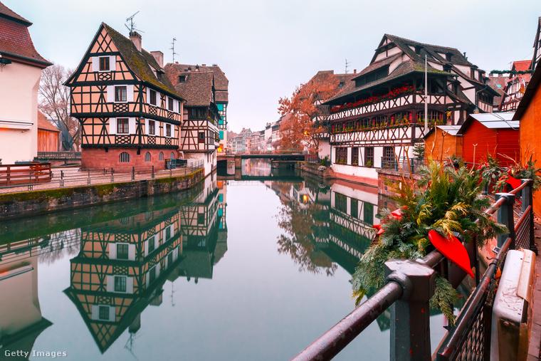 Strasbourg mézeskalácsházikóinak nincs szükségük sok körítésre, hogy karácsonyi hangulatot varázsoljanak a városba, de képzeld csak el őket fényfüzérekkel és fenyőágakkal feldíszítve