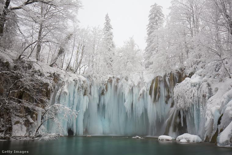 Ki mondta, hogy Horvátországba utazni csak nyáron érdemes? A befagyott Plitvicei-tavak látványához nincs fogható!
