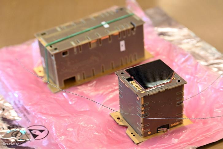 Két új magyar zsebműhold, fent az ATL-1 másodpéldánya, jobbra lent a SMOG-1, a SMOG-P ikerpéldánya