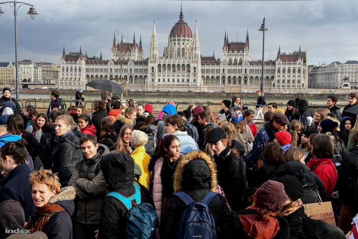 Negyedik alkalommal szervezte meg a Globális Klímasztrájkot az egyetemistákból álló Fridays For Future Magyarország. Több ezren indultak el a tértől a Bem rakparton a Margit híd felé pénteken 13 órakor.