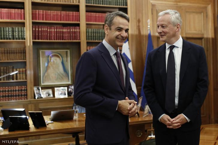 Kiriákosz Micotákisz görög miniszterelnök (b) Bruno Le Maire francia pénzügyminisztert fogadja athéni hivatalában 2019. augusztus 9-én