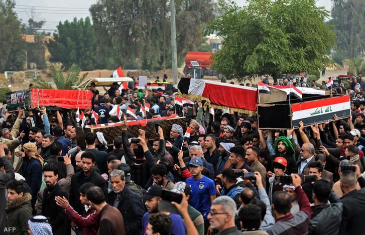 Irakiak a meggyilkolt kormányellenes tüntetők koporsóit kísérik Nedzsef városban 2019. november 29-én