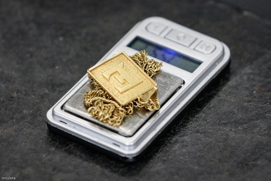 Egy Fülöp-szigeteki bányából kinyert aranyból készített lánc egy mérlegen