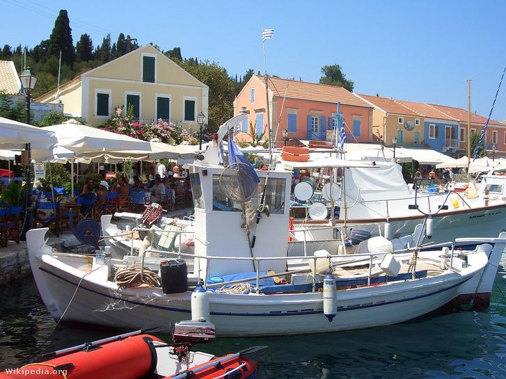 A mai Fiscardo kikötőjében horgonyzó halászhajó