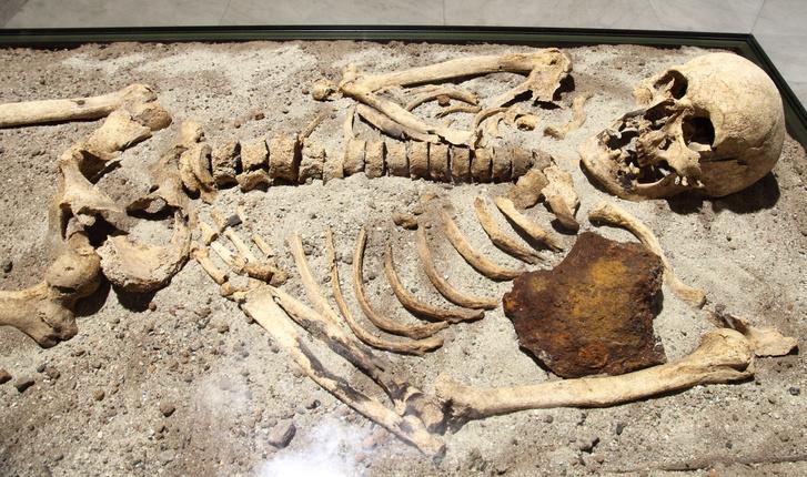 Egy Bulgáriában talált 800 éves csontváz, melyet feltehetőleg vámpírnak gondoltak, és egy vasrúddal szúrtak mellkason