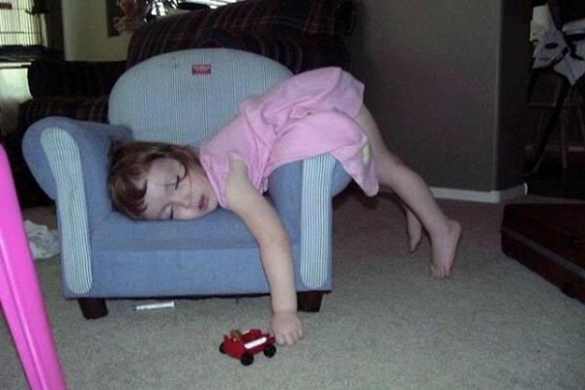 Nincs is kényelmesebb a gyerekfotel karfájánál...