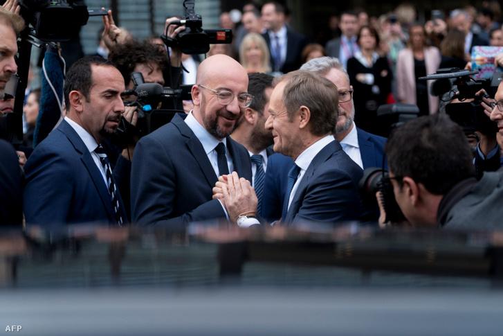 Charles Michel búcsúzik Donald Tusktól az Európai Tanács székhelye előtt