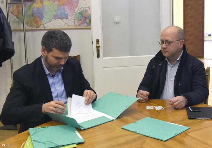 Balra Sóskuti-Varga Gergely főosztályvezető, jobbra Kendernay János
