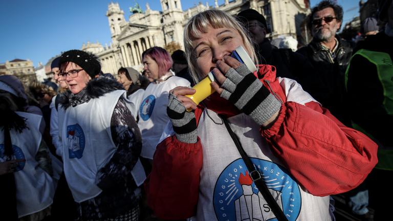 Élőben közvetítjük a tanárok Kossuth téri tüntetését