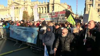 A Kossuth téren tüntettek a tanárok (vágatlan felvétel)