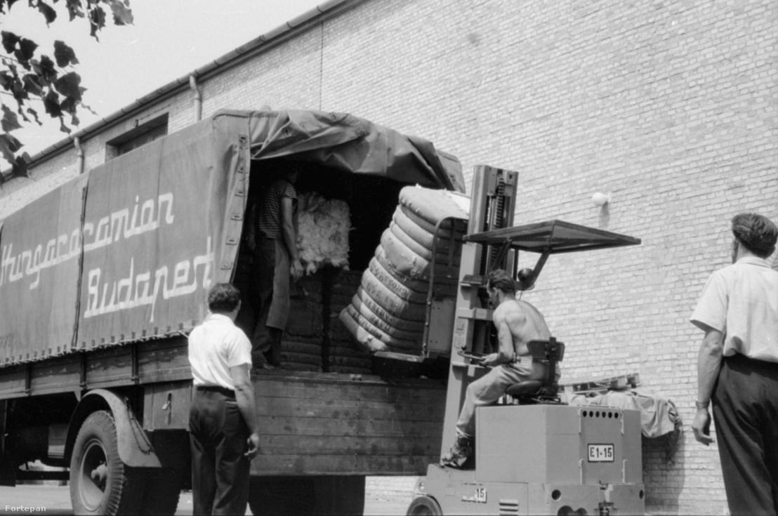 Berakodás a Hungarocamion teherautójába, 1967