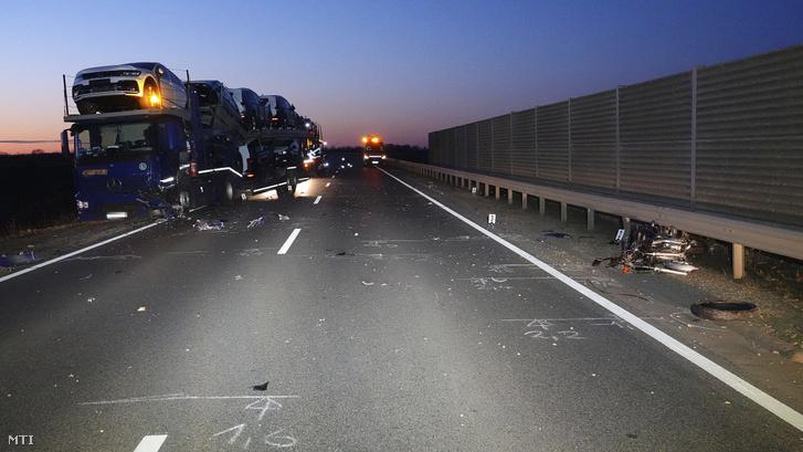 Ütközésben összetört autószállító és motorkerékpár Kecskemét közelében, a 445-ös út hetes kilométerénél, 2019. november 30-án.