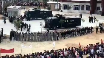 Verik a kínai rendőrök a tüntetőket, akik nem akarnak park helyett krematóriumot