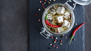 Egy menő meglepetés sajtimádóknak: fűszeres kecskesajt üvegben