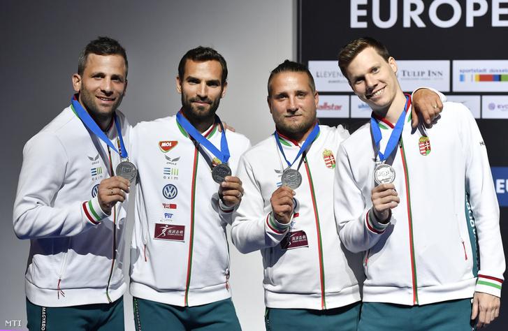 Gémesi Csanád Szilágyi Áron Decsi Tamás és Szatmári András a bronzérmes magyar férfi kardcsapat tagjai az eredményhirdetésen a düsseldorfi vívó Európa-bajnokságon 2019. június 22-én.