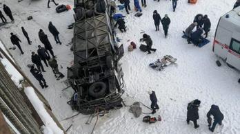 Befagyott folyóra zuhant a hídról egy busz Szibériában, tizenkilencen meghaltak
