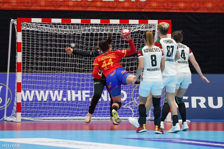 A spanyol Ainhoa Hernández Serrador kapura dob a Japánban zajló női kézilabda-világbajnokságon játszott Spanyolország-Magyarország mérkőzésen Kumamotóban 2019. december 1-jén.