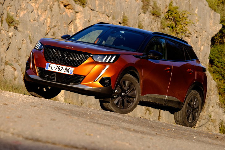 A laposabb Peugeot-kon jobban mutat ez a stílus, de talán a 3008-ason is