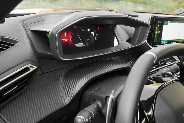 Oldalról lyukas az árnyékoló, a digitális műszer kétrétegű, emiatt térben látszik - egy Peugeot-elsőség