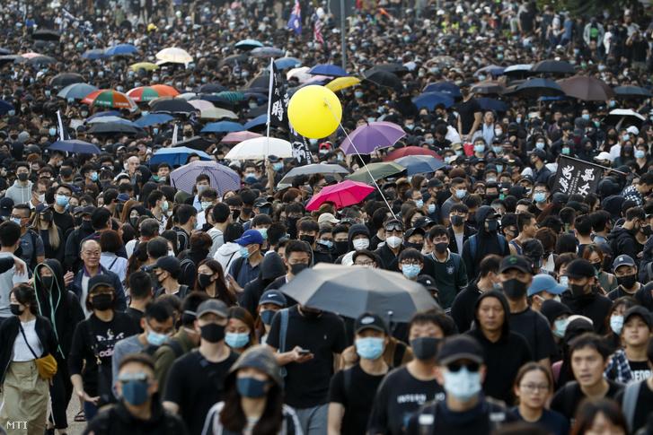 Kormányellenes tüntetők vonulnak Hongkongban 2019. december 1-jén