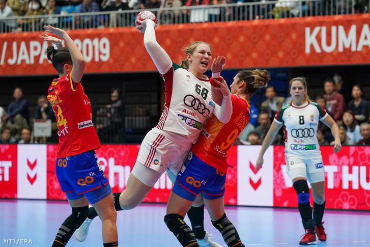Szabó Laura kapura dob a Japánban zajló női kézilabda-világbajnokságon játszott Spanyolország-Magyarország mérkőzésen Kumamotóban 2019. december 1-jén.