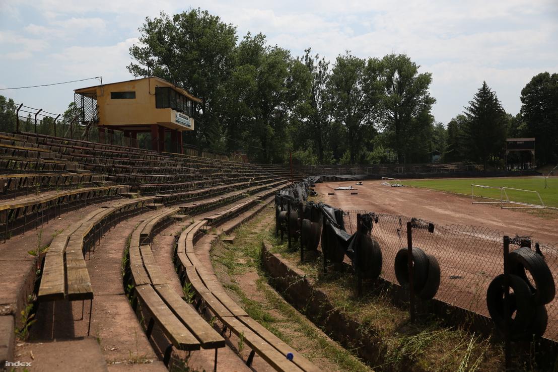 Az ózdi stadion lelátója 2017-ben