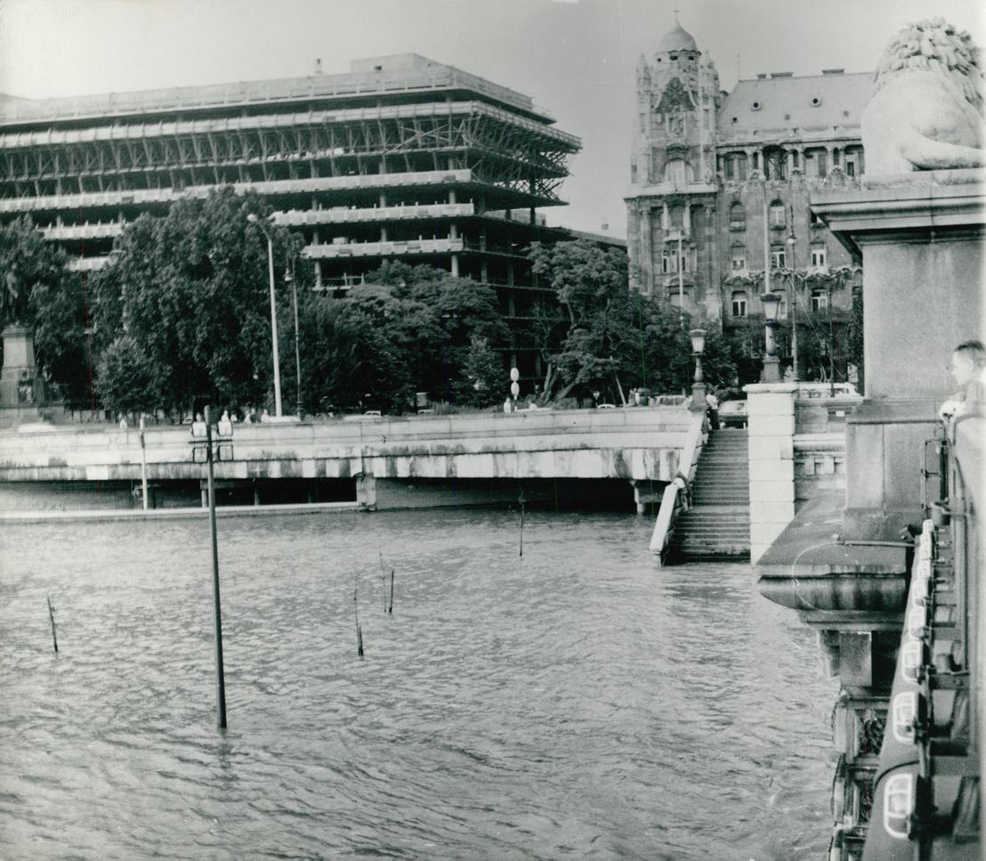 Az épülő Medimpex székház, 1975