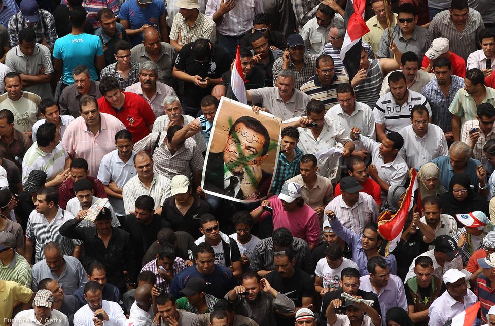 A 83 éves Hoszni Mubarak a klinikai halál állapotában fekszik a Maadi kairói katonai kórházban. A politikus pragmatikus hozzállással és diktatórikus eszközökkel stabilizálta saját hatalmát és Egyiptomot az elmúlt 30 évben. A Tahrír téri tüntetések hatására 2011 február elsején távozott a hatalomból.
