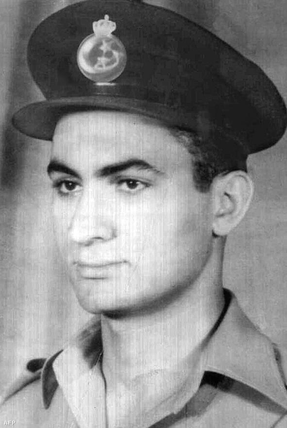 Az ötvenes évek elején készült kép Hoszni Mubarakról a légierő fiatal tisztjeként.
