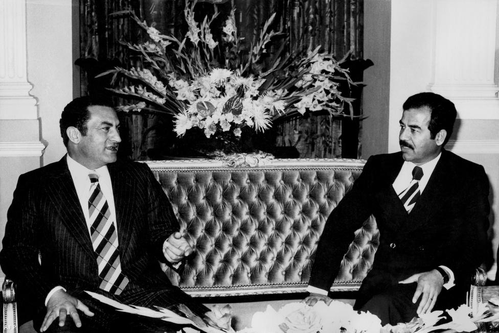 Egyiptom alelnökeként 1976-ban Szaddám Husszeinnel.