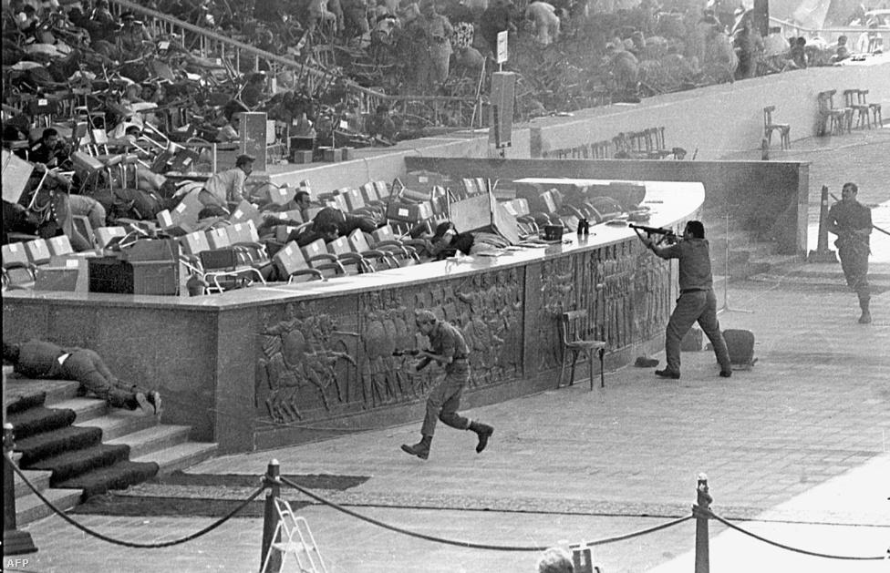 Az Anvar Szadat elleni merénylet 1981-ben. Egy katonai parádén iszlám szélsőségesek végeztek a tribünön álló egyiptomi elnökkel.
