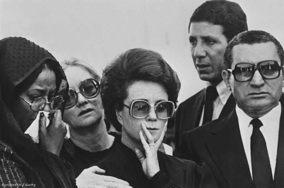 Mubarak Anvar Szadat gyászoló családja mellett áll az elnök temetésén 1981-ben. Nem, sokkal később őt választották Egyiptom 4. elnökévé.