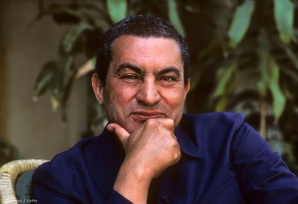 1982-ben a kairói elnöki rezidencián készült kép Hoszni Mubarakról.