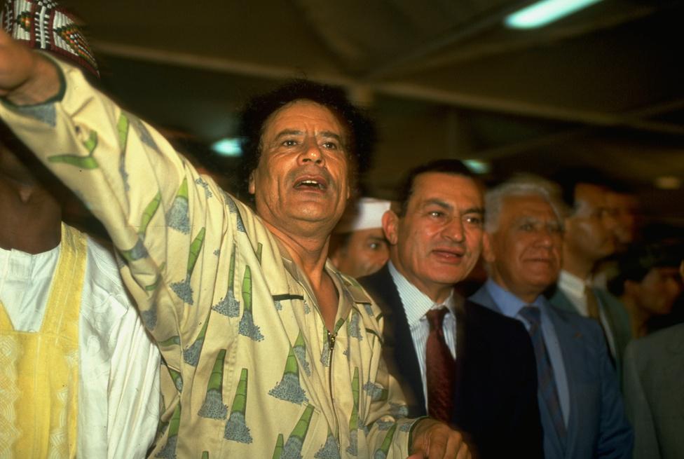 Moammer Kadhafi líbiai vezető mutatja 1991-ben a Szaharába épülő csatornarendszert, a Nagy Mesterséges Folyót Hoszni Mubaraknak.