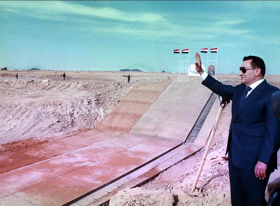 1997. január 9-én Hoszni Mubarak nagyratörő és vitatott tervet indított útjára, amelynek célja az volt, hogy a Nílus elvezetett vizével termékennyé tegyék a Nyugati Sivatagot. Az államfő szimbolikusan felrobbantotta az Asszuáni-gát partjának azt a pontját, ahol kialakítják a világ legnagyobb szivattyúállomását.