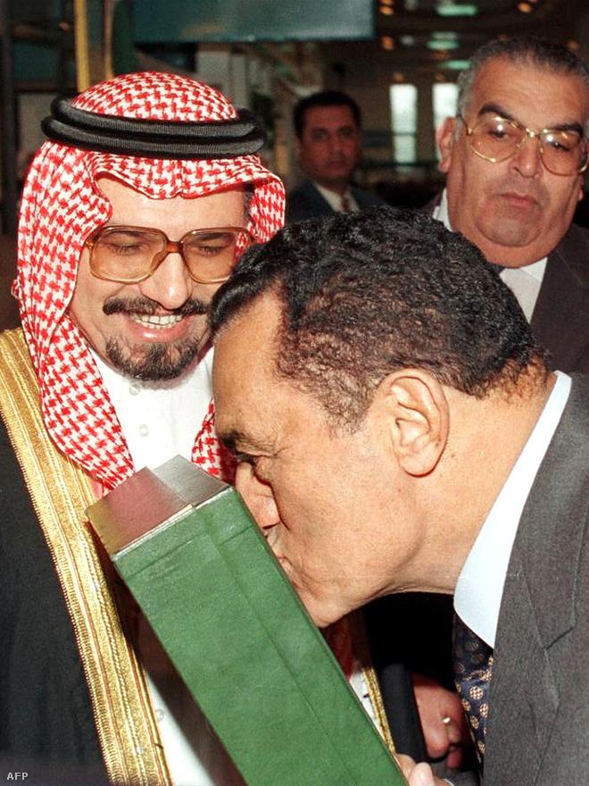 Mubarak megcsókolja az ajándékba kapott Koránt az egyiptomi könyvvásár szaudi standjánál. Az elnök azt mondta: ő nem Superman, hogy meg tudná akadályozni az USA Irak elleni támadását.