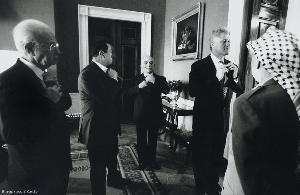 (Balról) Jichak Rabin izraeli miniszterelnök, Hoszni Mubarak, Husszein jordániai király és Bill Clinton amerikai elnöük a nyakkendőjét igazítja a Fehér Házban a palesztin autonómia ciszjordániai kiterjesztéséről kötött megállapodást 1995 szeptember 28-án . Háttal balra Jasszer Arafat áll.