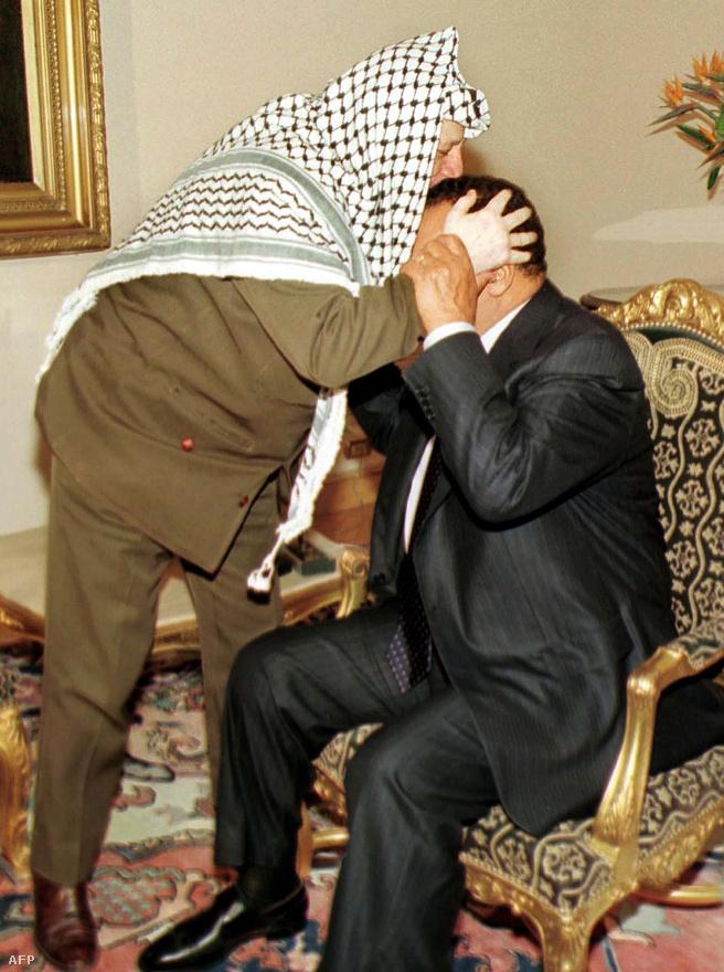 Arafat megcsókolja Mubarakot 2000. augusztus 9-én Kairóban tartott találkozójukon.