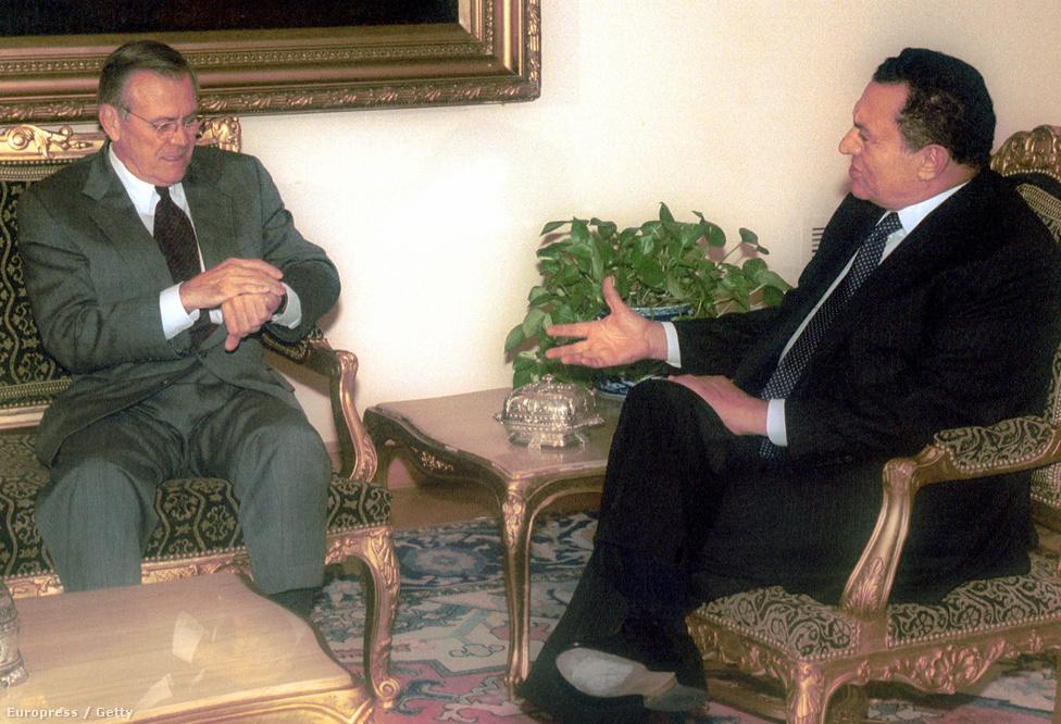 Donald Rumsfeld amerikai védelmi miniszter az óráját nézi a szeptember 11-i terrortámadások után tartott találkozójukon Kairóban 2001. október 4-én. Rumsfeld Egyiptom mellett Szaud-Arábiát, Ománt, Üzbegisztánt kereste fel, hogy támogassák a terrorizmus elleni harcban.