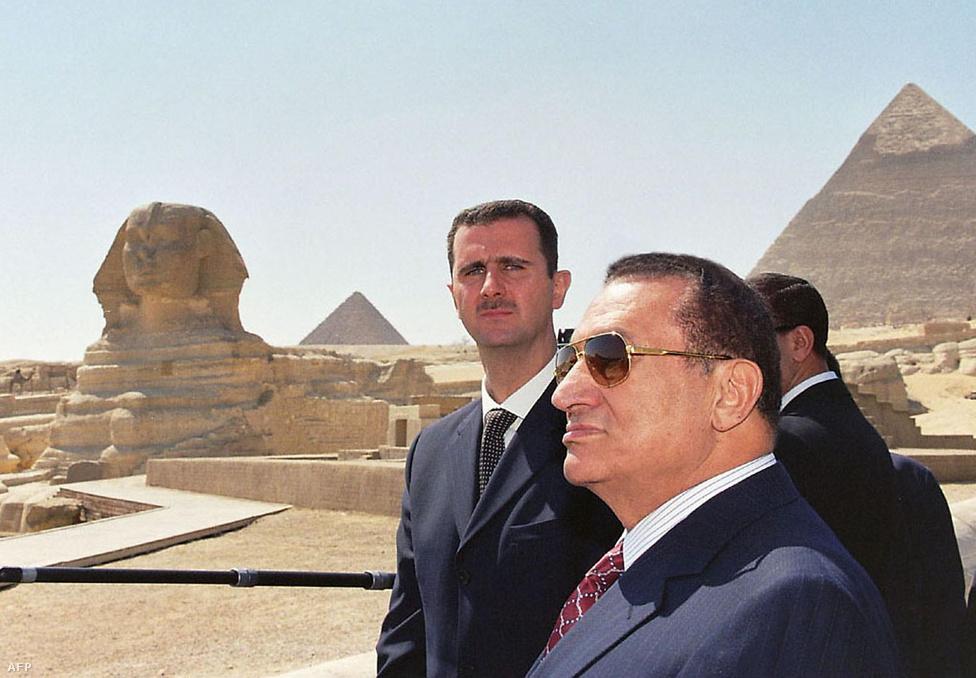 Basar el-Asszad Szíria elnöke és Mubarak együtt nézi meg a piramisokat 2002. március 20-án. A két vezető a közel-keleti és iraki békefolyamatról és a bejrúti arab csúcsról tanácskozott.
